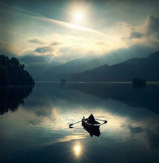 عکس پروفایل مفهومی قایق و سفر تنهایی در دریا
